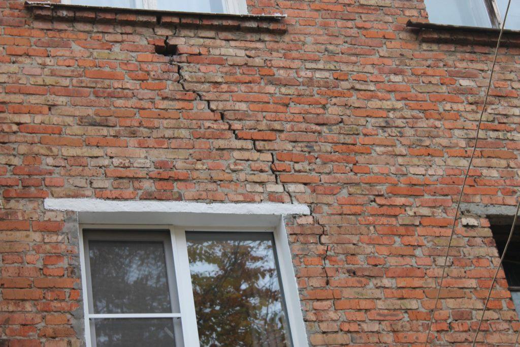 трещина на стене кирпичного дома что делать
